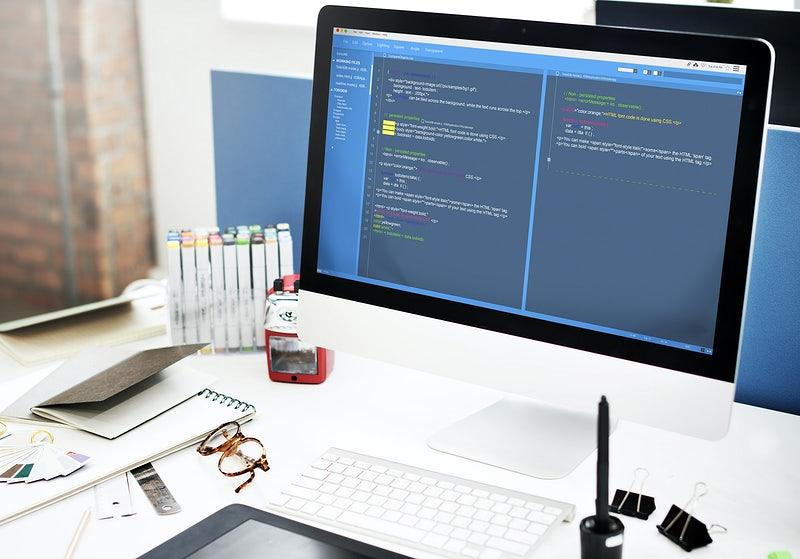 computador branco com códigos na na tela - portfólio de programação