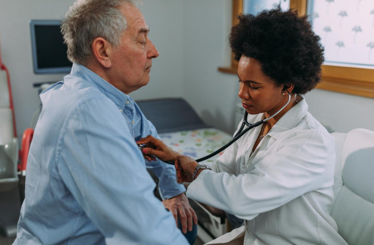 A doctor talking to a patientDescription automatically generated with low confidence