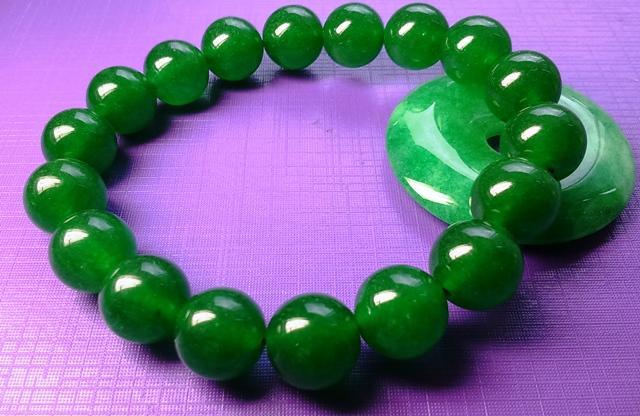 Vòng tay đá cẩm thạch xanh lá mang đến cảm giác thư thái, bình an