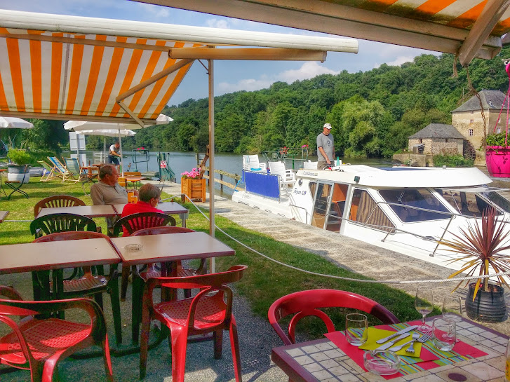 Lock-side dining along the Mayenne!