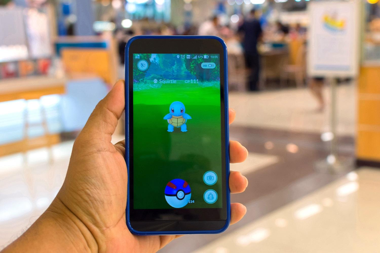 Jugando a Pokemon Go mientras se visita la ciudad y el centro comercial