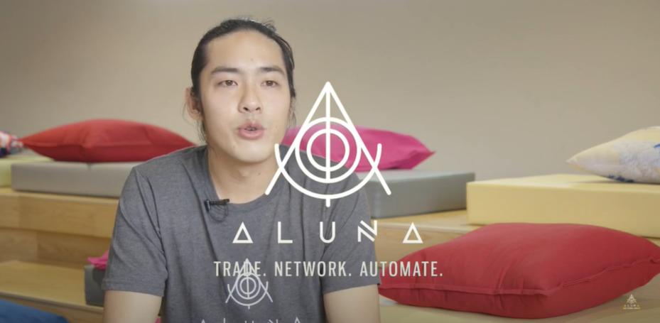 Alvin lee, en pleine présentation du projet de plateforme de trading social Aluna