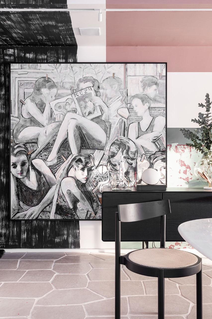 Projeto com tons de rosa no piso, parede e banqueta, obra de arte em quadro grande na parede de fundo