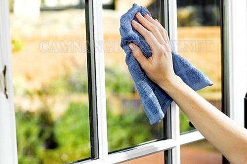 Sử dụng khăn mềm lau kính