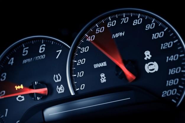 Imagem de painel de controle do carro indicando a velocidade do automóvel.