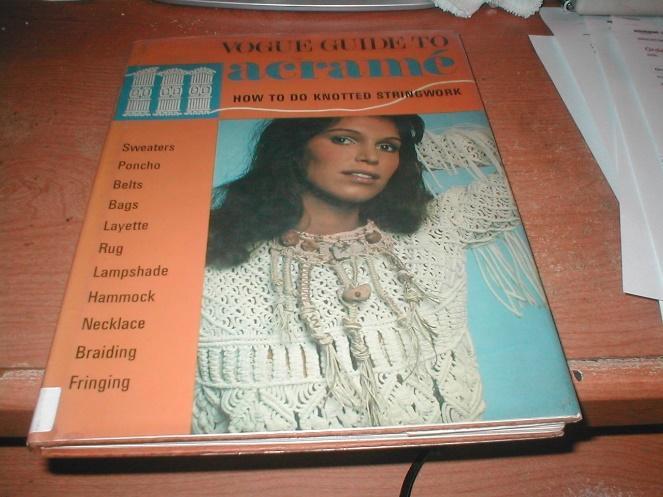Capa de revista com mulher utilizando blusa de macramê.