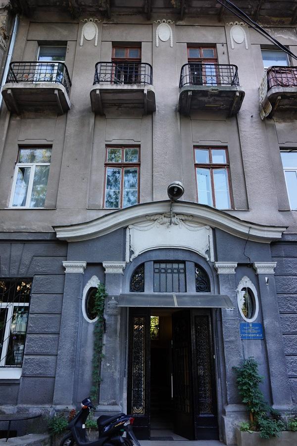 Сьогодні в цьому будинку на вулиці Новосельського мешкають студенти, а сто років тому працювала денікінська контррозвідка