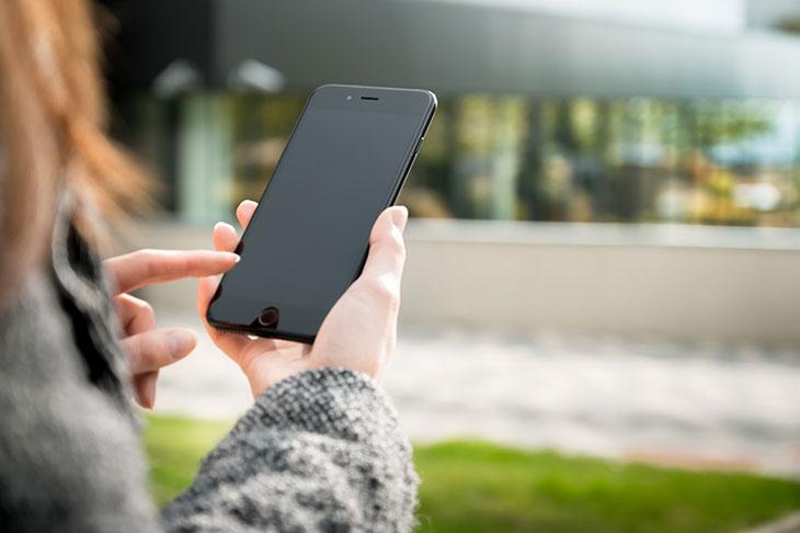 celular sendo usado por mulher
