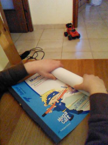 Enrollamos las cartulinas para darles forma cilíndrica.