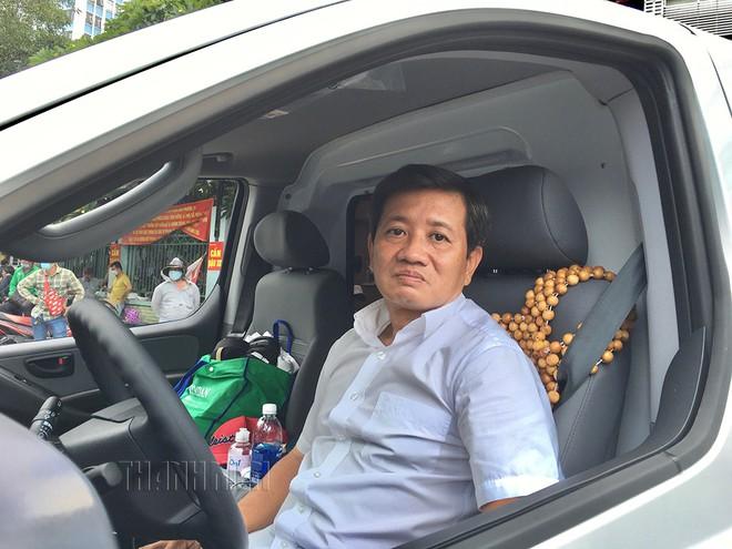 'Gã từ quan' Đoàn Ngọc Hải lái xe cứu thương chở dân nghèo - Ảnh 1