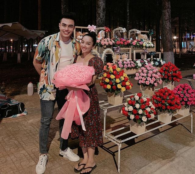 Lê Dương Bảo Lâm phụ vợ bán hoa ở công viên dịp 8/3 | Báo Dân trí