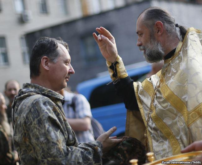 Священник благословляет российского полковника Игоря Гиркина (Стрелкова), который на тот момент был одним из главарей группировки «ДНР», признанной в Украине террористической. Оккупированный Донецк, 10 июля 2014 года