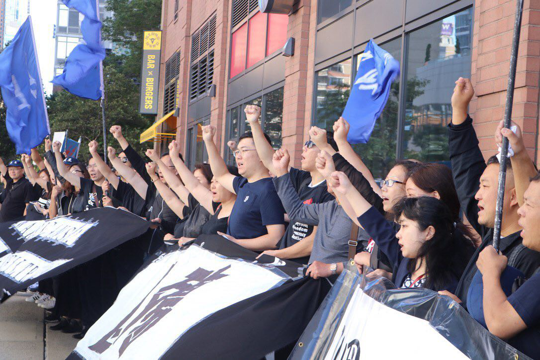 国殇70年纪念日,纽约各界华人一百余人在哈德逊河畔敲响中共腐败暴政的丧钟