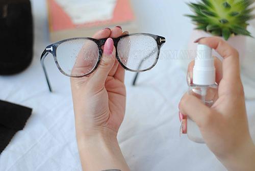 Lau mắt kính sạch bóng bằng nước tẩy rửa