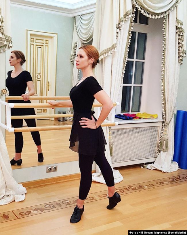Влітку 2018 року дружина Медведчука Оксана Марченко вирішила взяти участь у шоу «Танці із зірками» на «1+1», та частина колективу телеканалу публічно виступила проти