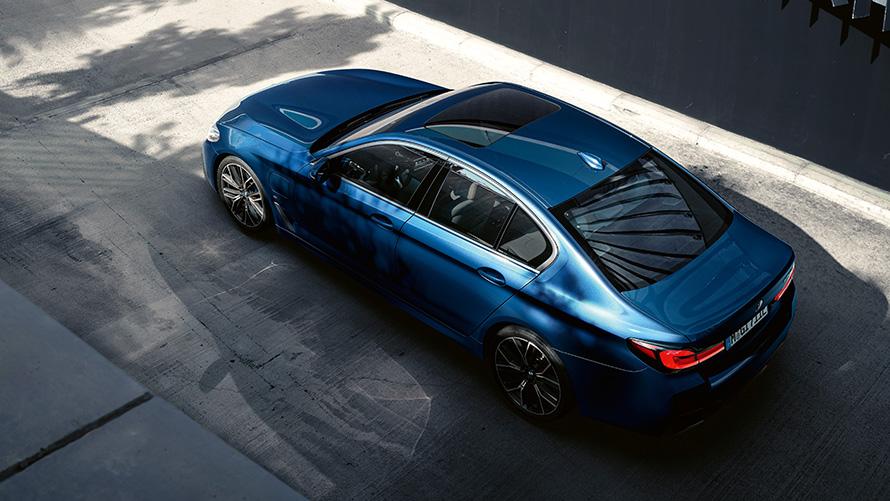 Sedãs da BMW com conjunto híbrido rendem 22 km/l na cidade e 26,4 km/l na estrada (Imagem: BMW/Divulgação)