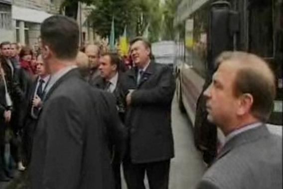 24 вересня 2004 року сталася найбільш абсурдна атака на топового політика в Україні. Студент університету поцілив у політика яйцем