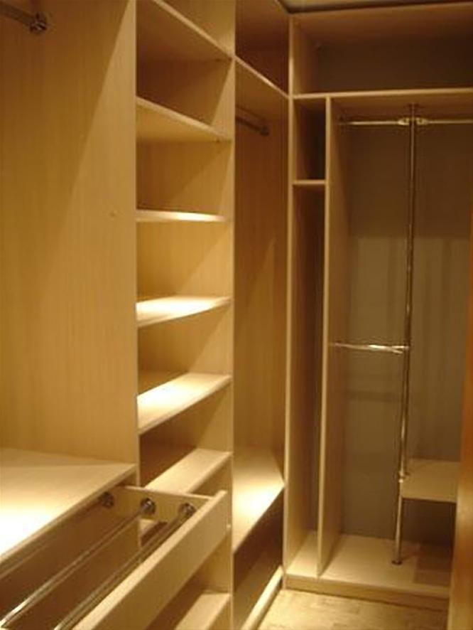 Маленькая гардеробная из кладовки, система хранения корпусная