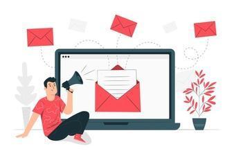 Desenho de personagem com um megafone e um notebook disparando email marketing