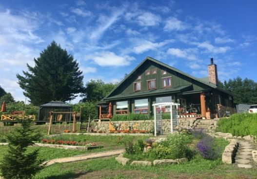 庭に植えている数々の家  自動的に生成された説明