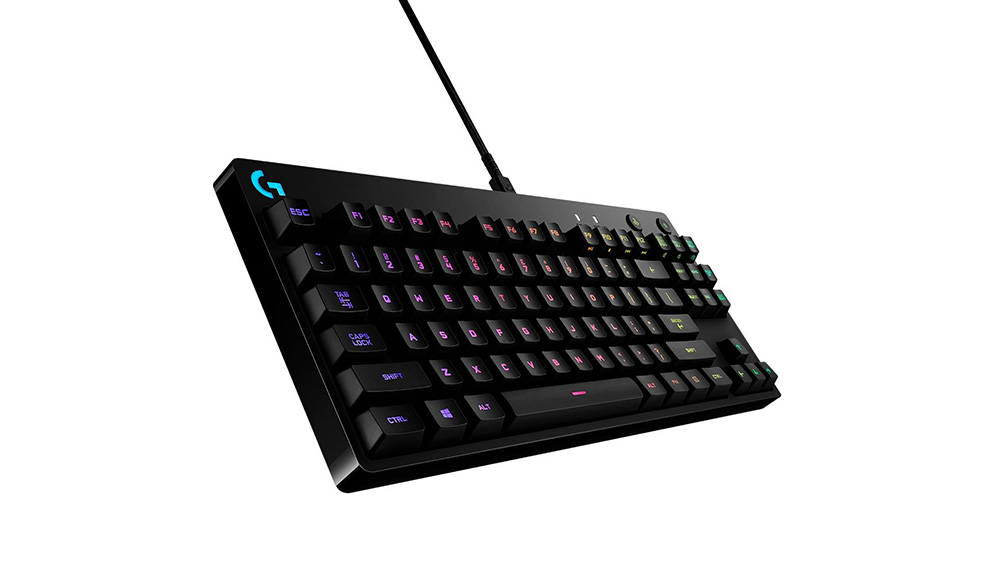 Logitech G PRO, teclado gamer, sobre fundo branco. Iluminação RGB das teclas está em destaque.