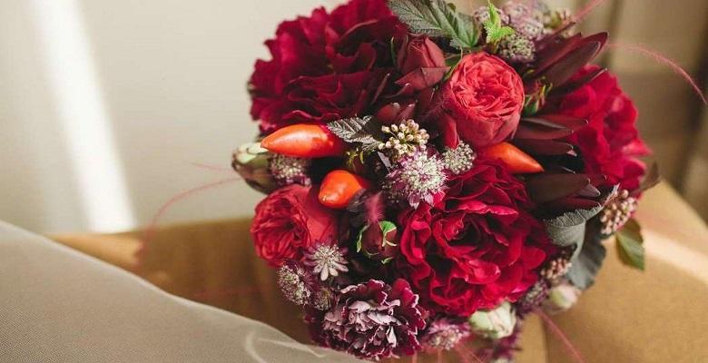 Дополнительный декор бордового букета невесты