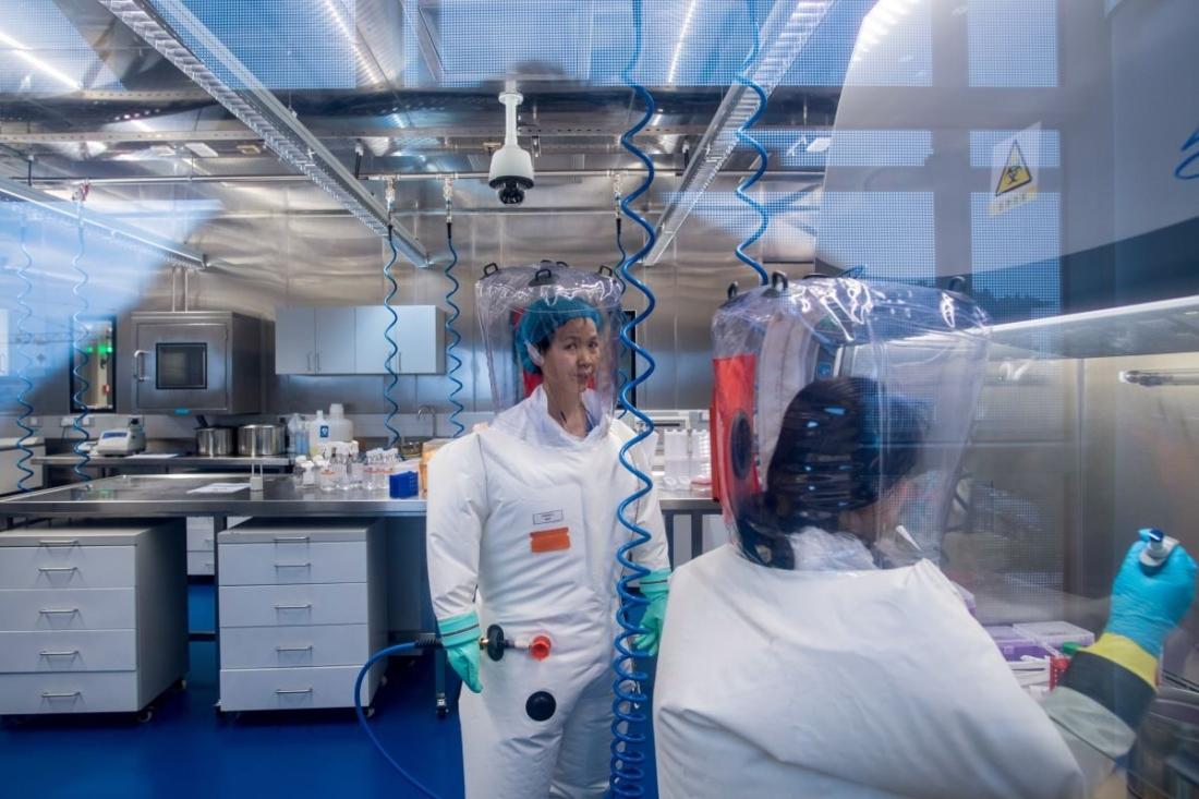 Nhà virus học Trung Quốc, Tiến sĩ Thạch Chính Lệ (Zhengli Shi) được nhìn thấy bên trong Phòng thí nghiệm P4, Viện Virus học Vũ Hán, ở thành phố Vũ Hán, thủ phủ của tỉnh Hồ Bắc, Trung Quốc, vào ngày 23/2/2017. (Julian Eisele / AFP qua Getty Images)