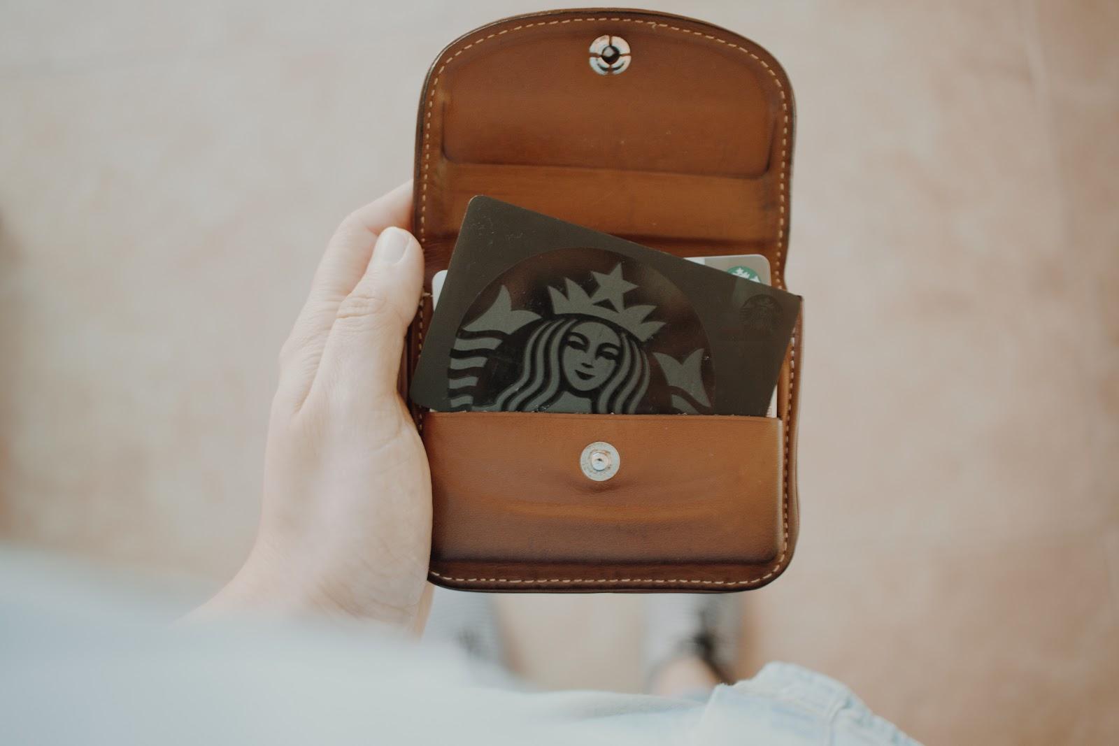 carteira com um cartão de visitas