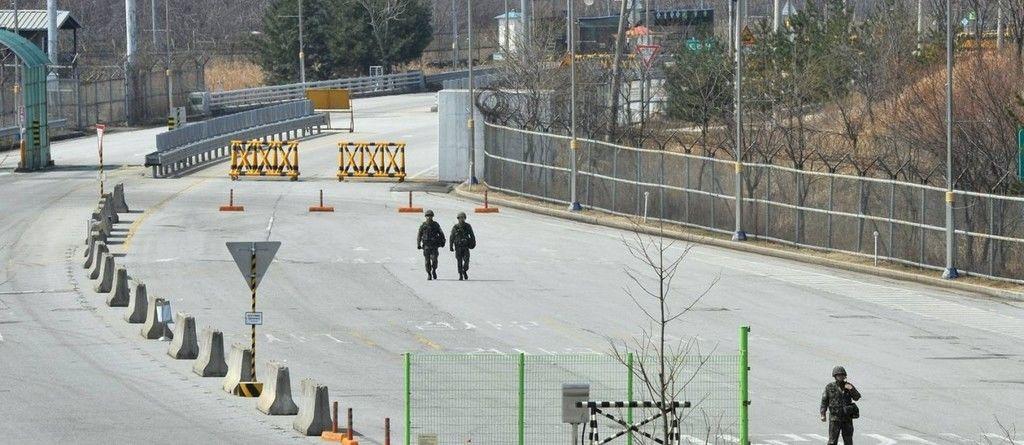 A faixa de terra de 2 km de largura separa a Coreia do Sul, capitalista, da Coreia do Norte, comunista. ( Fonte: Papo de Homem/Reprodução)