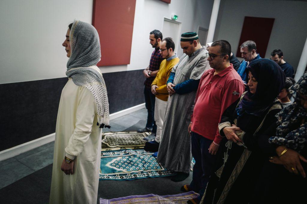 Islam – La prière dirigée par une femme dans une mosquée à Paris déclenche  une levée de boucliers | Article19.ma