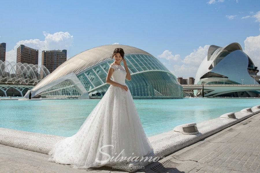 Весільна сукня а-силуету з візерунками на спідниці