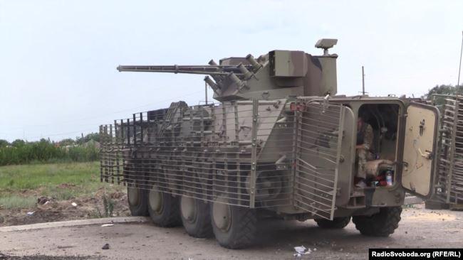 Нацгвардійці обстрілюють позиції бойовиків з бронемашини БТР-4 у Слов'янську, 2014 рік