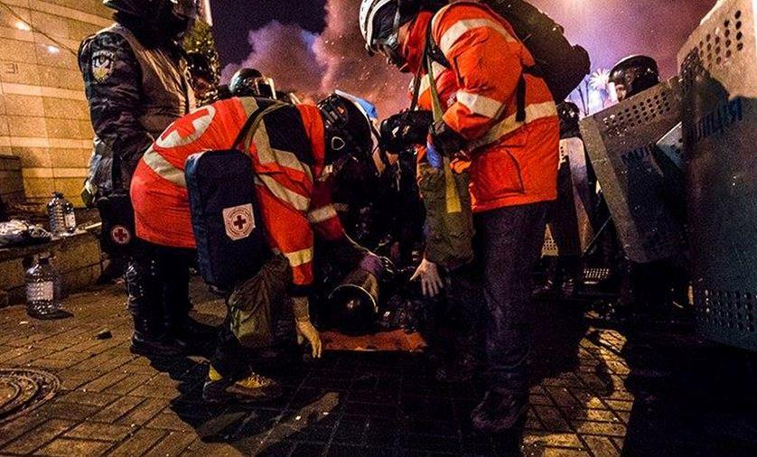 В ніч з 18 на 19 лютого 2014. Роман з командою волонтерів Червоного Хреста надають першу медичну допомогу пораненому солдату Внутрішніх військ.  Фото: Mustang Wanted
