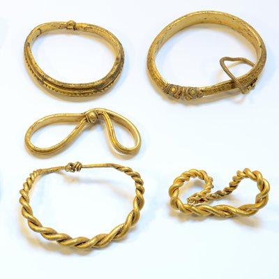 3 detectoristas de metales hallan 7 brazaletes vikingos al sur de Dinamarca