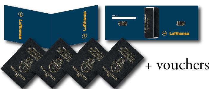 El porta pasaportes carga hasta 4 pasaportes y 4 hojas A4 de vouchers. Entra un set por pliego.