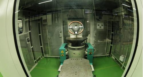 wie eine Raumkapsel aussehende reflexionsarme Vibrationskammer