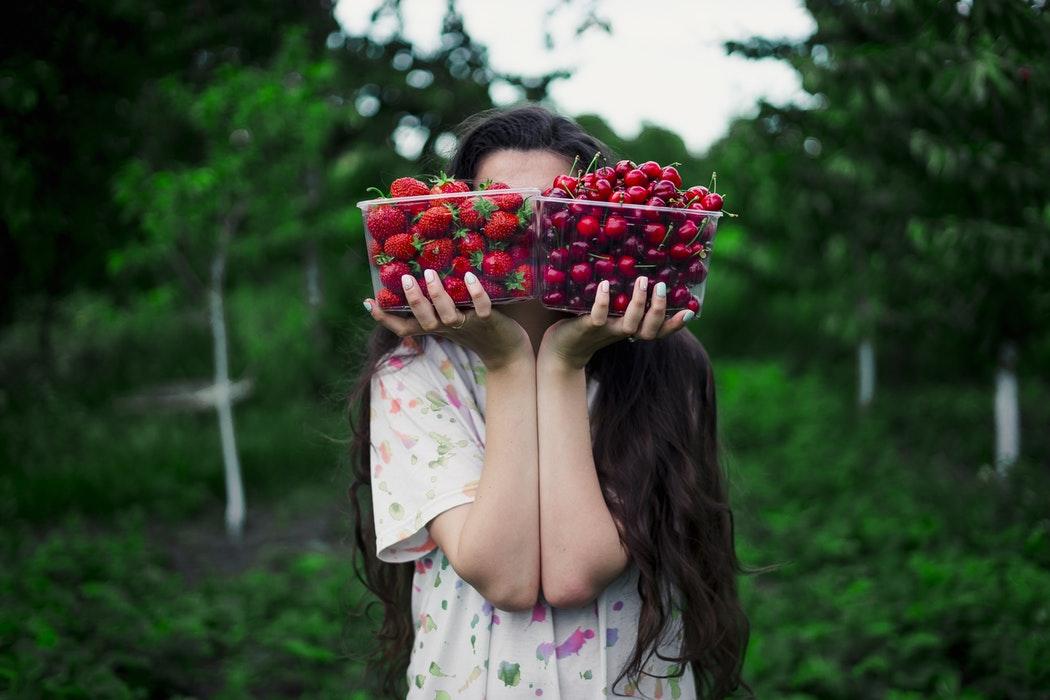 девушка со свежими фруктами