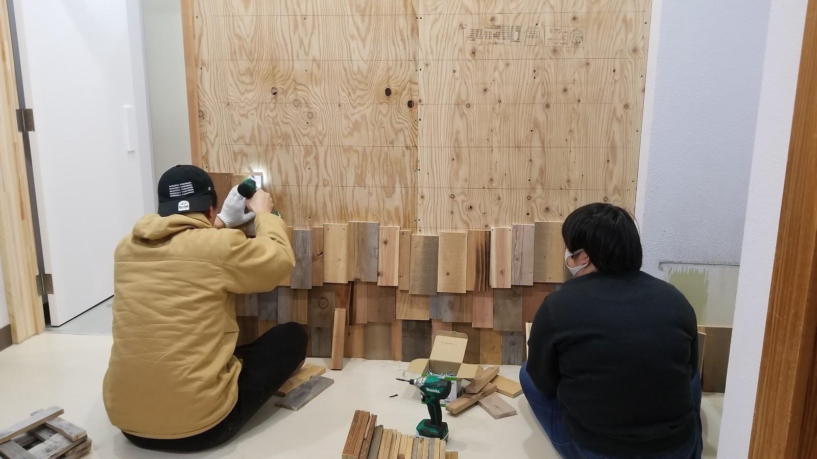 屋内, 人, 男, 部屋 が含まれている画像  自動的に生成された説明