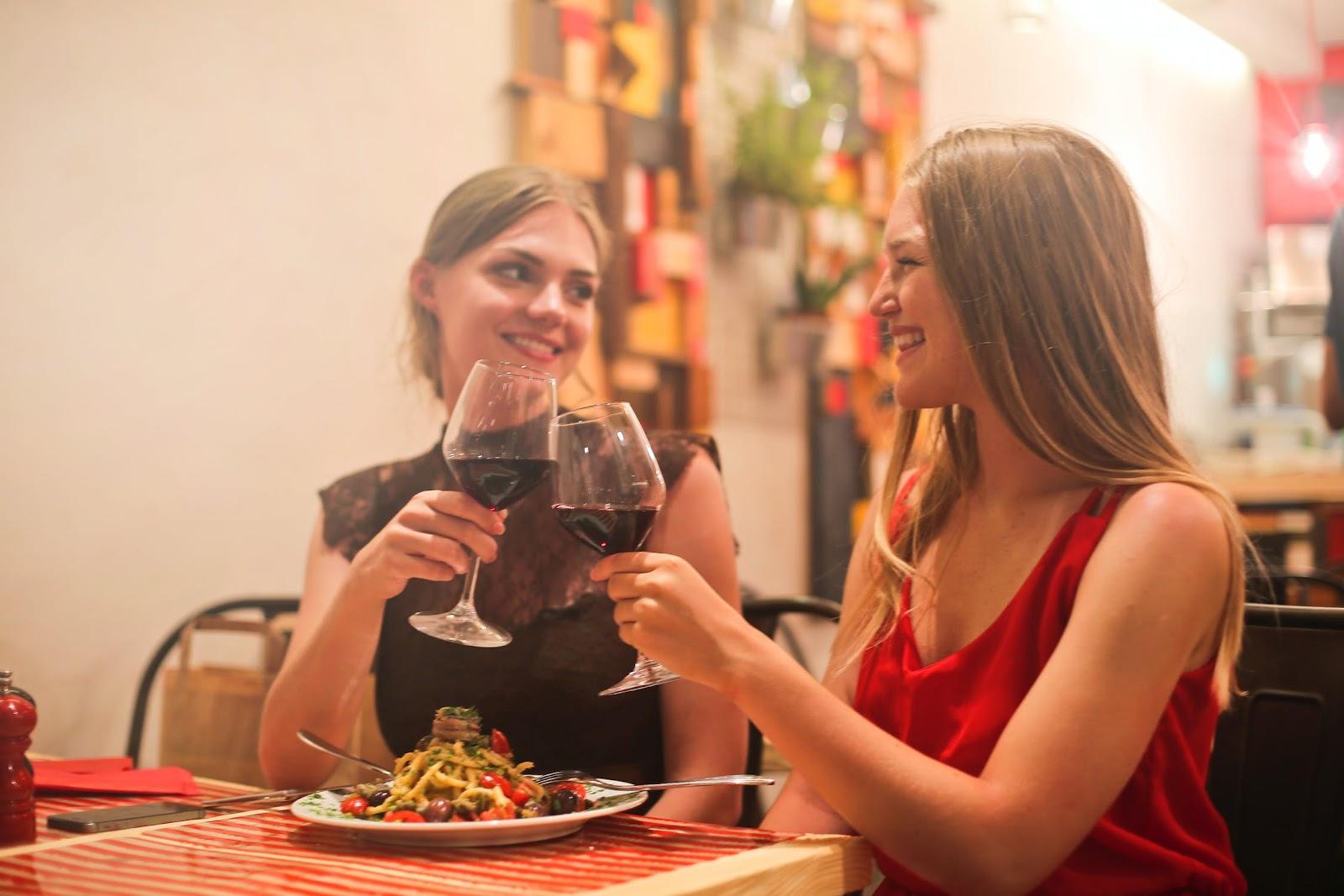 Duas amigas apreciando um bom vinho