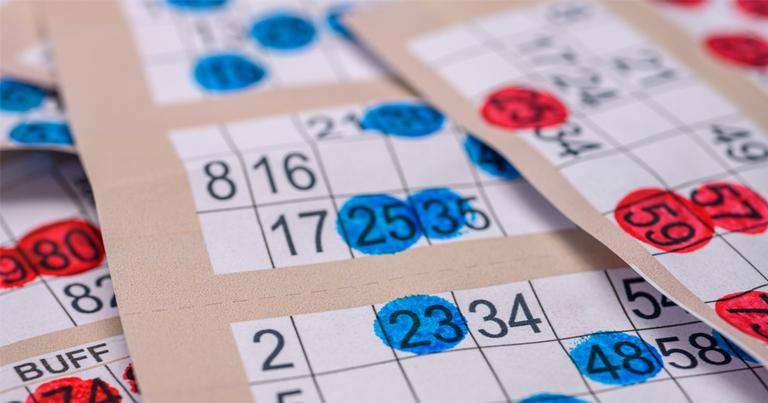 tarjetas de bingo de marcador apiladas de cerca