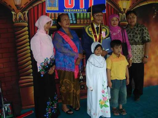 Berfoto Bersama Keluarga Kecil