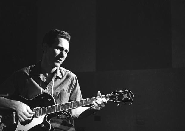 Chester Atkins mostrando cómo tocar fingerstyle en la guitarra eléctrica