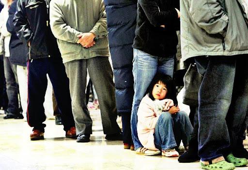 Niña esperando en Fukushima