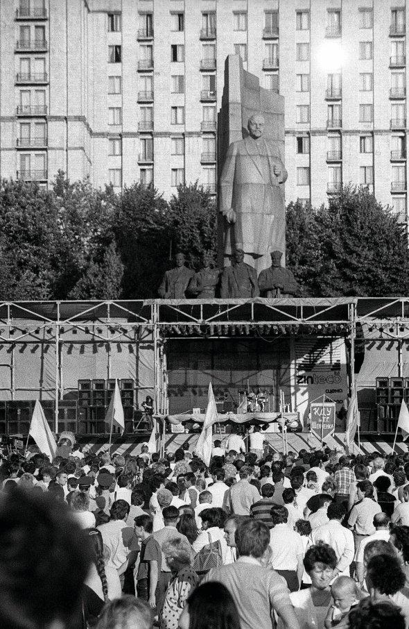 Люди зібралися біля сцени наплощі Жовтневої революції устолиці для відзначення Дня Незалежності 16липня 1991року. Тоді свято пов'язували зДекларацією про державний суверенітет України, яку ухвалили цього дня 1990-го. Наступного року дату перенесли на24серпня через появу Акта проголошення незалежності України