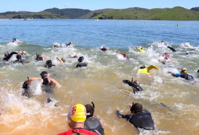 Prova de Natação Equipada dos Bombeiros reuniu 1.000 atletas na represa do Jaguari