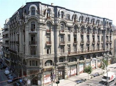 Hotel Cişmigiu se redeschide dupa un secol.Prima cladire construita pe Bulevardul Regina Elisabeta din Bucuresti este la un pas sa-si redeschida portile. Restaurarea cladirii Hotelului Cismigiu urmeaza sa se finalizeze in 2012, cand se implinesc 100 de ani de la ridicarea constructiei. Hotelul si-a pastrat aerul specific inceputului de secol XX, insa si povestile din jurul sau