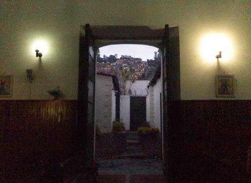 En la noche, afuera de la iglesia, el barrio El Calvario Municipio El Hatillo Caracas Venezuela