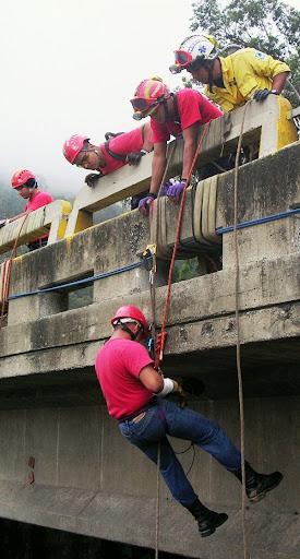 Bomberos practican rappel un domingo en la Cota Mil (Altamira, Caracas, Venezuela)