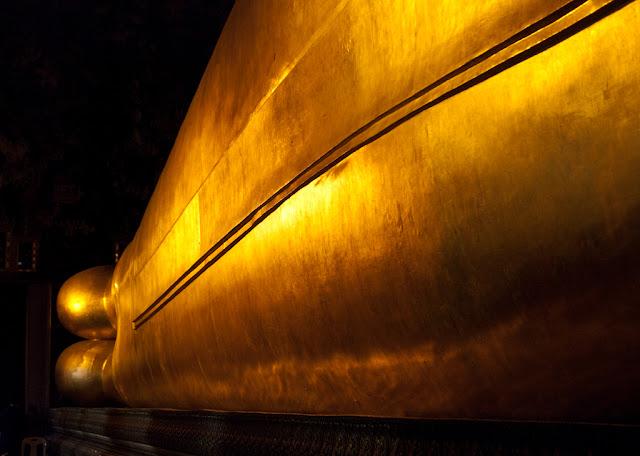 Wat Pho. Храм уходящего в нирвану Будды.