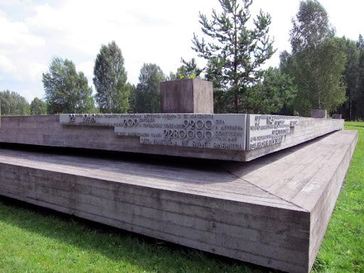 22 марта 1943 года фашисты уничтожили деревню Хатынь с ее жителями. В Белоруссии оккупанты превратили в руины 209 городов и городских поселков, 9200 сел и деревень. От рук захватчиков пало 2230000 советских граждан. Это никогда не будет забыто!